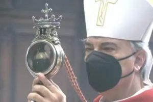 Hình ảnh Đức Tổng Giám mục Domenico Battaglia cầm trên tay thánh tích của Thánh Januarius. Ảnh: CNA