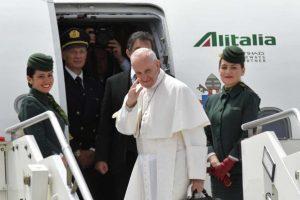 ĐTC Phanxicô đáp chuyến bay đến Monte Real và Thánh địa Đức Mẹ Fatima tháng 5 năm 2017.